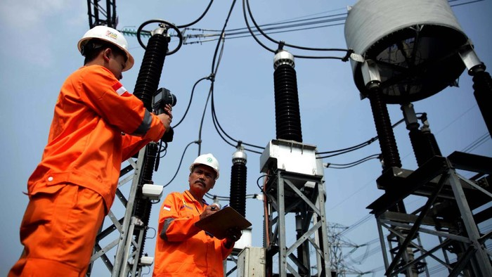 Petugas PLN Area Pelaksanaan Pemeliharaan (APP) Duri Kosambi lakukan inspeksi harian dan pemeliharaan Gas Insulated System (GIS) Alam Sutera, Tangerang Selatan.