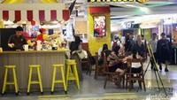 Sebuah restoran ramai pengunjung.