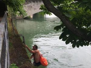 Pria Ini Berenang ke Kantor Setiap Hari Demi Menghindari Kemacetan