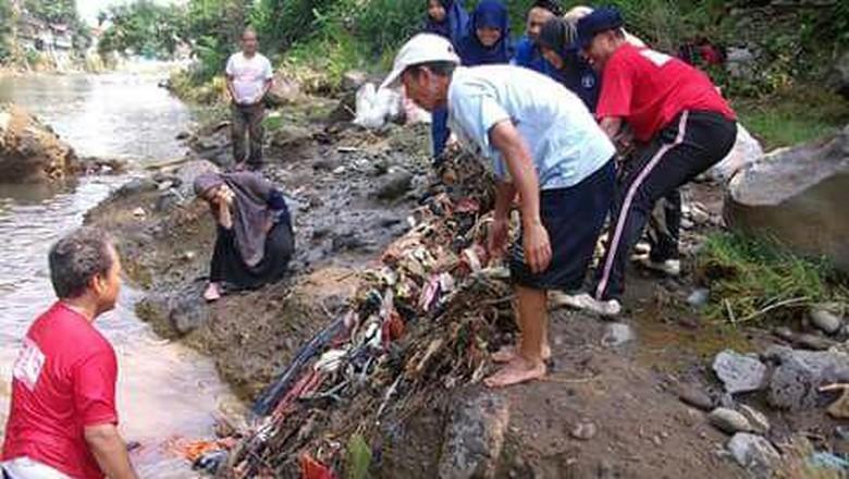 Kegiatan bersih-bersih Sungai Ciliwung (dok Ciliwung Institut)