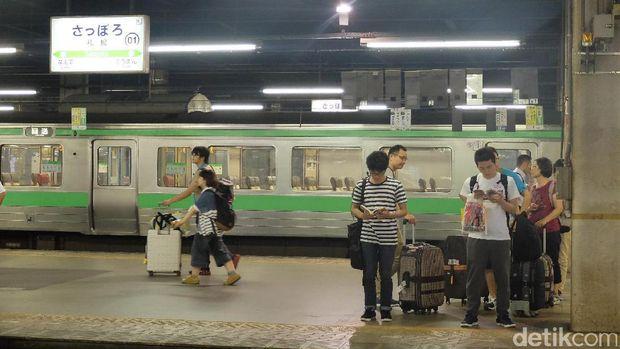 Warga lokal Jepang tidak ada yang membawa tongsis di stasiun kereta, karena sangat dilarang (Baban/detikTravel)