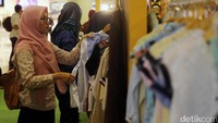 Pengunjung berbelanja di Mal Kasablanka, Jakarta, Selasa (27/7/2017).