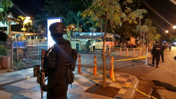 Polisi berjaga di Stasiun Pasar Turi