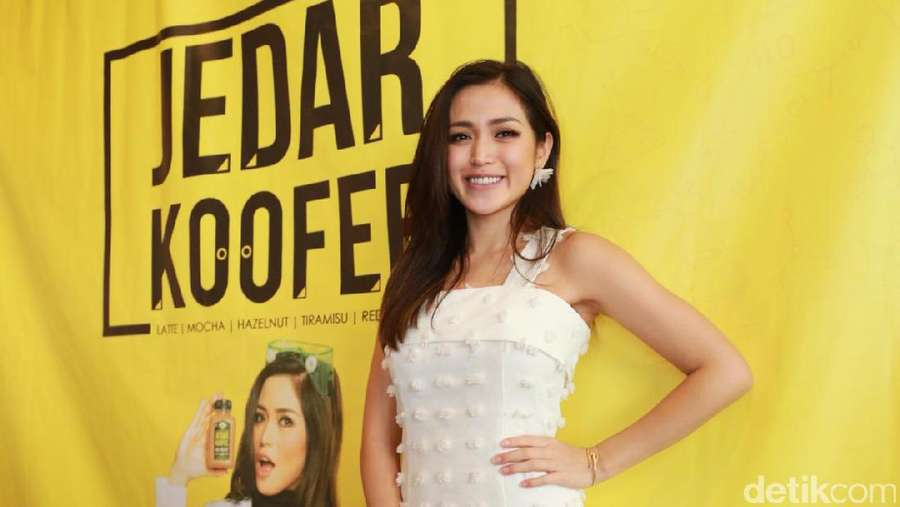 Air Mata Tsania Marwa, Jessica Iskandar Pretty in White