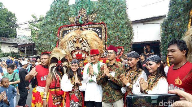 Hadir di Festival Condet, Sandiaga Uno Naik Reog
