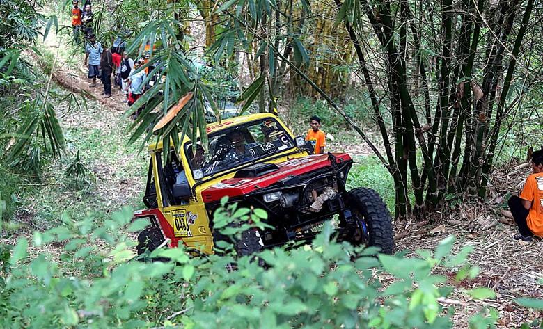 Aksi Offroader Saat Taklukan Medan Ranggawulung Adventure Offroad
