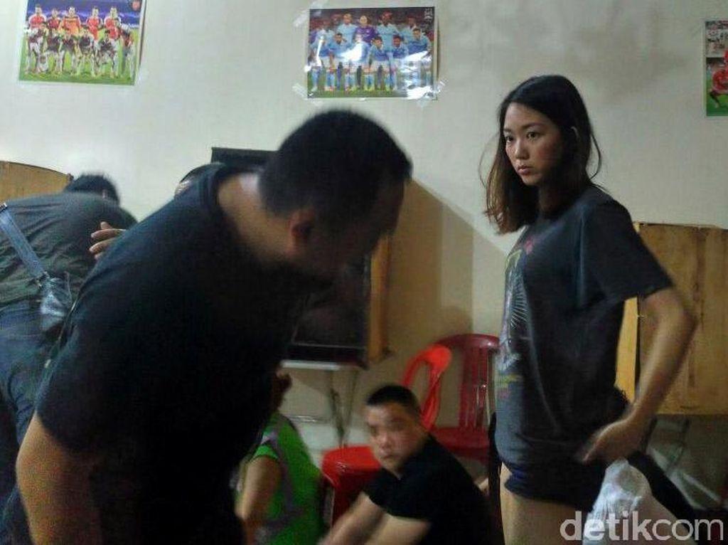 Dari 27 WN China yang diamankan, ada sosok wanita cantik. Foto: Denita Matondang