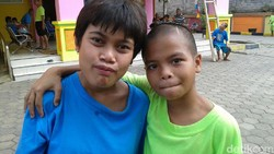 Masih ada riang dan semangat dari anak-anak penyandang tunagrahita di Panti Sosial Bina Grahita Belaian Kasih walau dengan keterbelakangan mental dan fisik.