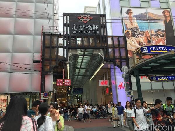 Foto: Shinsaibashi adalah kawasan yang cocok disambangi traveler yang hobi shopping. Di kawasan ini ada banyak toko dengan brand-brand ternama yang mesti disambangi traveler. Dari Uniqlo, Onitsuka Tiger sampai Zara pun ada (Dadan/detikTravel)