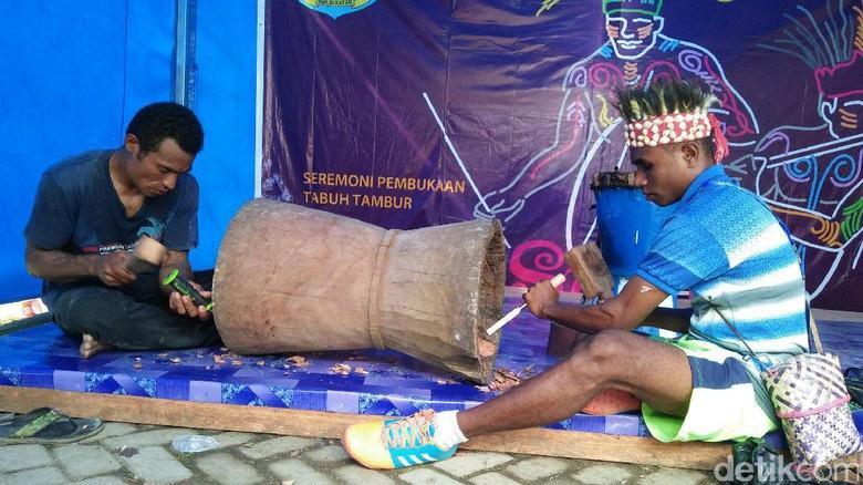 Proses pembuatan alat musik tambur khas Raja Ampat (Jabbar/detikTravel)