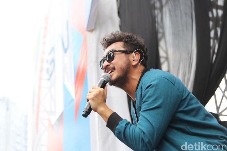 Pendidikan menjadi alasan sang vokalis tidak manggung dulu bersama band yang membesarkan namanya itu. Foto: Hanif Hawari/detikHOT