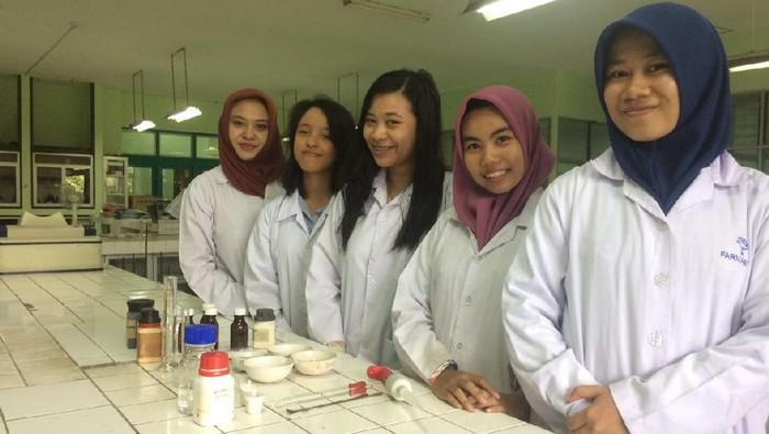 Baru-baru ini mahasiswa Unair Surabaya memperkenalkan inovasi baru dalam pengobatan kanker payudara berupa koyo. (Foto: Ayu Tarantika Indreswari/UNAIR)