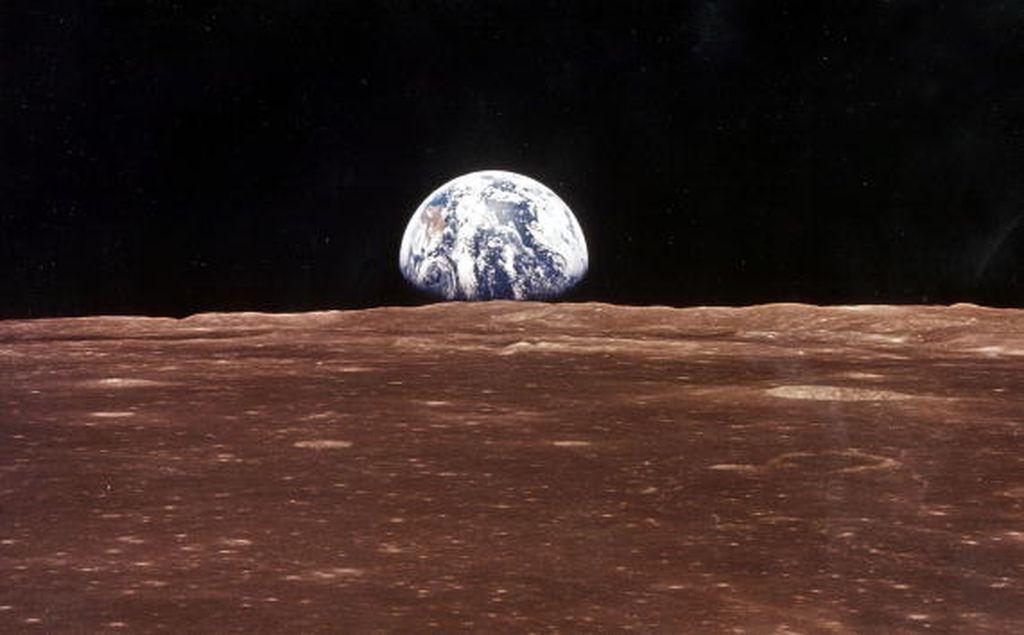 Ini potret planet Bumi yang indah dilihat dari bulan dalam misi Apollo 11 yang legendaris. Foto: Getty Images