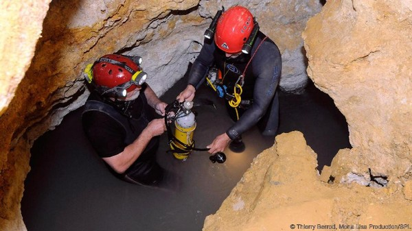 2 Orang ilmuwan ini turun menggunakan tali sepanjang 20 meter. Mereka bercerita bahwa atmosfir Gua Movile ini sangat ekstrem. Kadar oksigen di dalam air danau gua ini hanya 10%, sementara normalnya 20% (Thierry Berrod/Mona Lisa Production/SPL/BBC Earth)