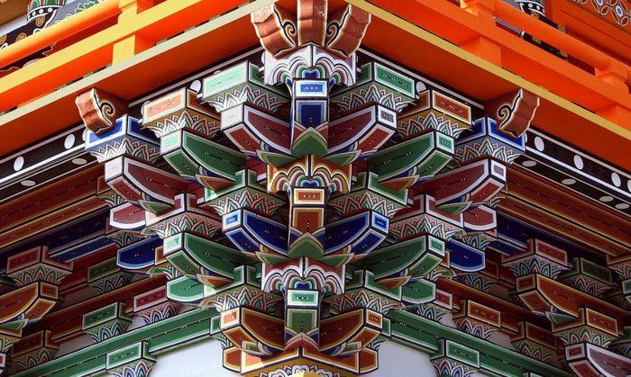 Struktur anti gempa ini bernama Dougong. Cara kerjanya adalah menumpuk beberapa balok kayu yang menjadi penyangga atap. Istimewa/inhabit.com