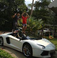 Raffi Ahmad dan Raditya Dika gila-gilaan bareng Lamborghini