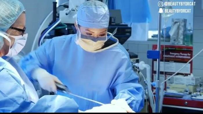 Operasi minimal invasif untuk saraf kejepit sudah hadir di Indonesia. Foto: Instagram/@beautybydrcat