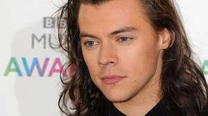Harry Styles Dikelilingi Para Wanita