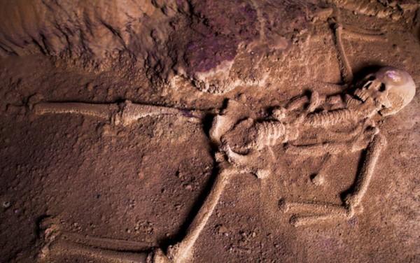 Beberapa tengkorak dan tulang belulang manusia pun tersimpan dengan keadaan yang cukup baik di dalam guanya.(Pacz Tours/Benedict Kim)