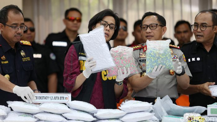 Menteri Keuangan Sri Mulyani dan Kapolri Jenderal Tito Karnavian merilis pengungkapan penyelundupan 1,2 juta butir ekstasi di Mabes Polri, Jakarta, Selasa (1/8/2017).