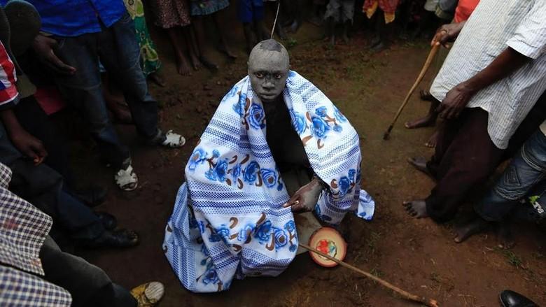 Foto: Anak laki-laki di Kenya harus melewati ritual sunat untuk diakui dewasa (Noor Khamis/Reuters)