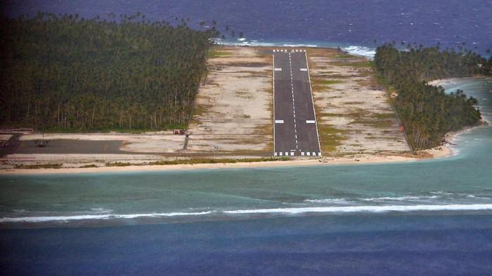 Bandara Miangas terletak di Kecamatan Nanusa, Kabupaten Kepulauan Talaud, Provinsi Sulawesi Utara. Pulau Miangas adalah pulau yang terletak di paling utara Indonesia, dan merupakan pulau terluar yang berbatasan langsung dengan Mindanao-Filipina yang berjarak hanya sekitar 92 kilometer.