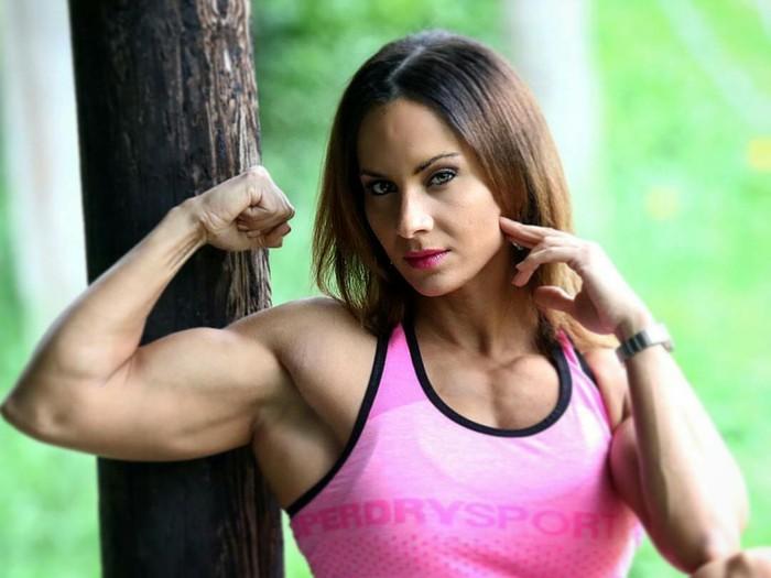 Demi mendapatkan otot yang besar, seorang body builder harus rajin melakukan latihan olahraga beban. (Foto: Instagram/female_bodybuilders)