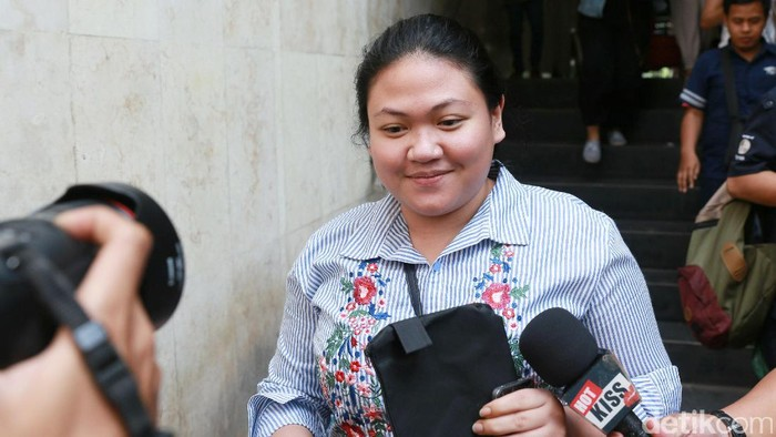 Olivia Nathania, anak dari Nia Daniaty saat kelar dari Polda Metro Jaya.