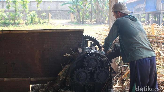 Industri gula tumbu di Kudus. Gula tumbu adalah produksi gula dari tanaman tebu yang masih dilakukan petani di Kudus meski sudah meredup industrinya.