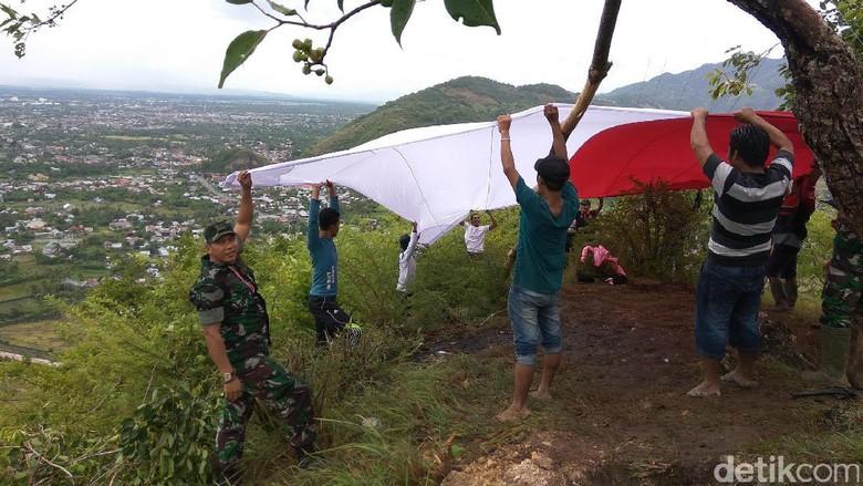 Merah-Putih Raksasa Berkibar di Gunung Aceh Besar Sambut HUT RI