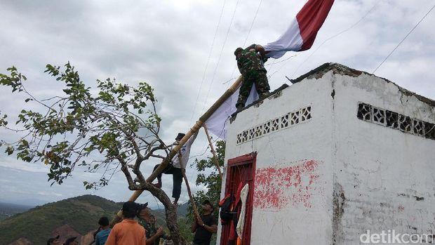 Merah Putih Raksasa Berkibar di Gunung Aceh Besar Sambut HUT RI