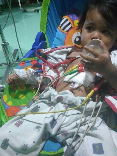 Bocah ini alami jantung bocor sejak lahir.