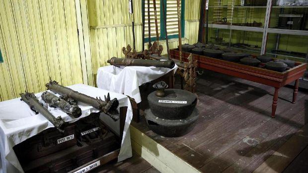 Gong dan benda-benda khas Keraton Surya Negara.