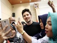 Pendiri Telegram Pavel Durov bertemu Menteri Komunikasi dan Informatika (Kominfo) Rudiantara. Kedatangannya jelas untuk melakukan negosiasi pembukaan blokir Telegram.