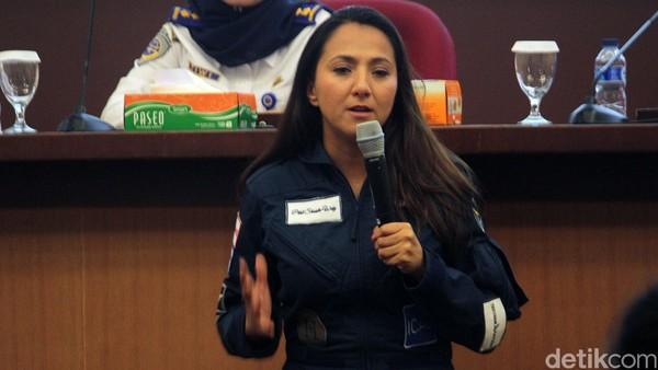 Shaesta yang tengah menjadi pembicara. Semangat dan ceria, Shaesta berbagi pengalamannya di depan puluhan siswi dan pilot wanita dari akademi pilot di Indonesia (Randy/detikTravel)