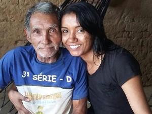Video Pria Tua Berjalan Pakai Tangan di Wisuda Putrinya yang Bikin Hati Sedih
