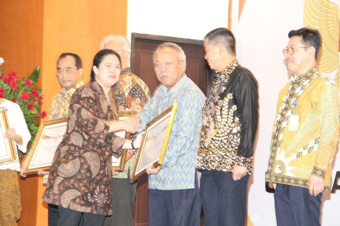 Menteri PUPR Basuki Hadimuljono mendapat penghargaan dari Menteri Koordinator Bidang Pembangunan Manusia dan Kebudayaan Puan Maharani (Foto: Dok. Kementerian PUPR)