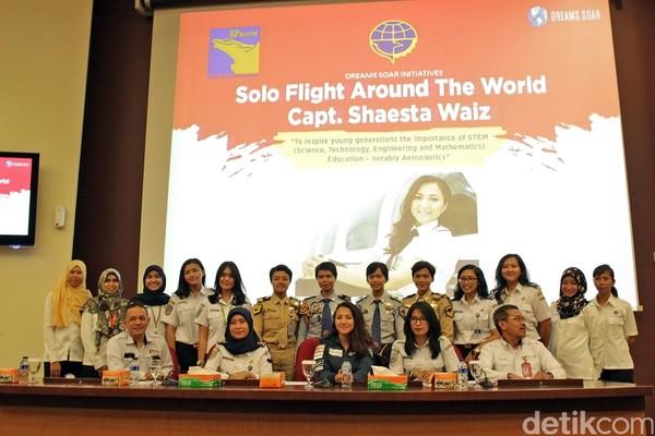 Terakhir, Shaesta pun sempat berfoto dengan para pilot muda dari Indonesia. Rencananya Shaesta akan terbang ke Bali dari Singapura pada tanggal 10 Agustus mendatang. Semangat ya Shaesta! (Randy/detikTravel)