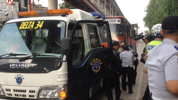 Metro Mini Diderek Petugas Karena Masuk Busway, Supir Mengamuk