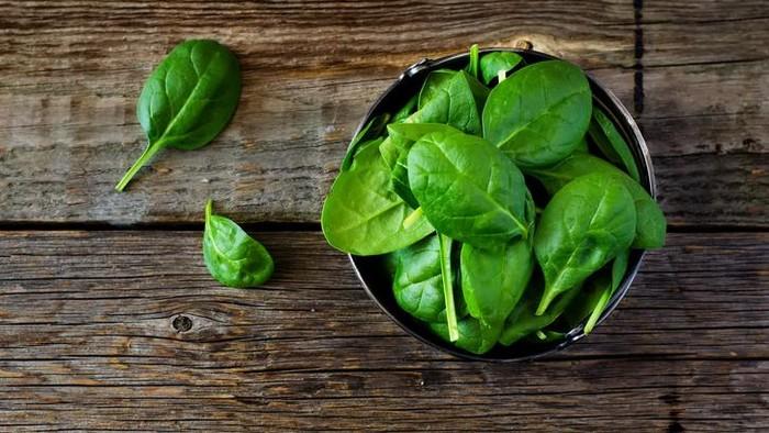 Jadikan bayam menu sayur utama hari ini. Makan bayam dapat membantu meredakan pegal dan nyeri otot karena adanya kandungan magnesium yang membantu menjaga otot dan saraf berfungsi normal. Kandungan nutrisi dalam bayam juga telah terbukti membantu mengatur gula darah dan tekanan darah. Foto: detikFood/iStock