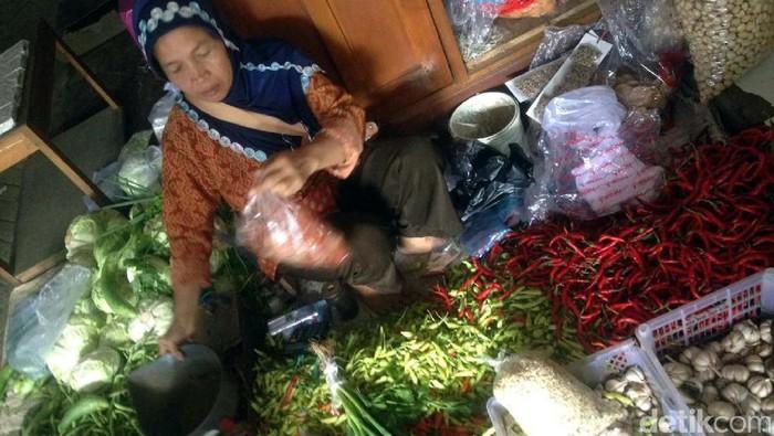 Salah satu pedagang sayuran di los pasar tradisional, Pasar Imogiri, Bantul