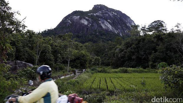 Siapa yang tak kenal dengan Ayers Rock, batu yang diklaim terbesar di dunia yang berada di Australia. Eits, lihat dulu dong Batu di Bukit Kelam, Sintang, Kalimantan Barat.