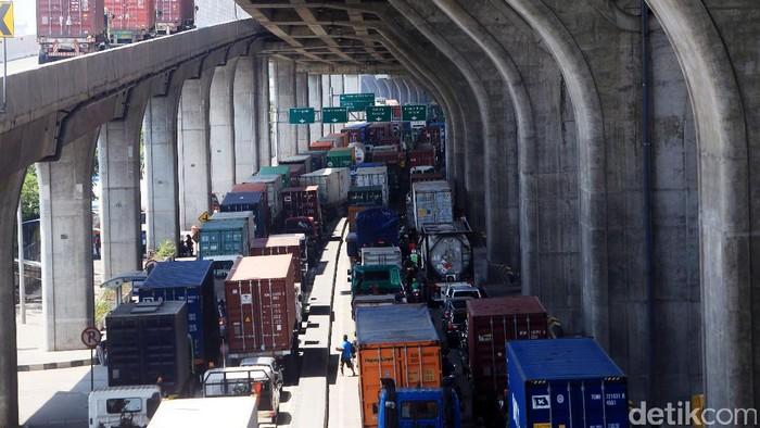 Antrean panjang kendaraan kontainer mengular di sepanjang ruas jalan tol depan JICT, Tanjung Priok, Jakarta Utara, Kamis (3/8/2017). Hal ini terjadi akibat mogok massal karyawan JICT yang berlaku mulai  3-10 Agustus 2017 mendatang. Kemacetan terjadi hingga kawasan seputar Kalibaru dan persimpangan Cilincing.