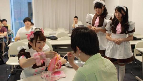 Mumpung di Maid Cafe bermanja-manjalah dengan pelayannya. Itu adalah bagian dari fantasi para pria otaku (@Home Maid Cafe/Facebook)