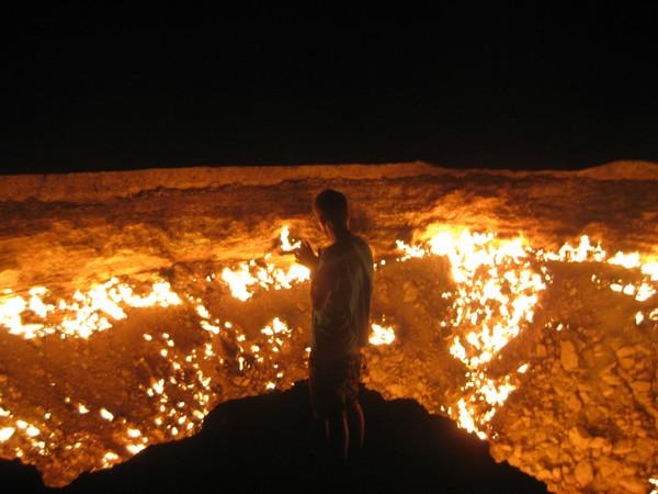 Ada sebuah lubang raksasa menganga seperti kawah gunung berapi. Di dalam lubang itu ada api menyala-nyala dan menjilat-jilat (Thinkstock)