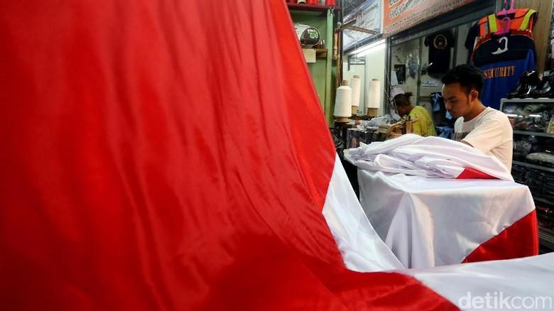 Melihat Para Pembuat Bendera Merah Putih di Pasar Senen