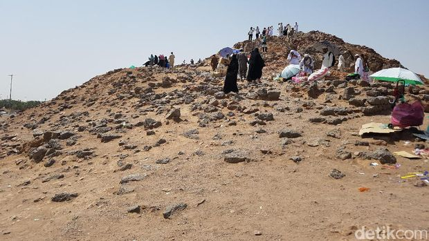 Coret-coret 'Sunarto, 'Cahyo' dan 'Wahyuni' di Jabal Uhud