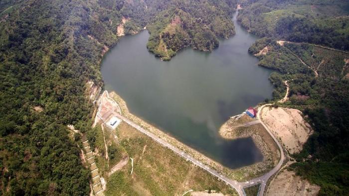 Bendungan Rajui terletak di Desa Masjid Tanjong, Kecamatan Padang Tiji, Kabupaten Pidie, Provinsi Nangroe Aceh Darussalam. Bendungan ini mulai dibangun pada awal tahun 2011 dan selesai pada tahun 2015, membutuhkan biaya sebesar Rp 110,65 miliar. Dengan luas genangan 33,6 ha, bendungan ini diharapkan mampu menampung air sebanyak 2,67 juta meter kubik untuk mengairi areal persawahan seluas 4.790 ha. Lokasinya yang berada di kaki lembah Seulawah membuat Bendungan ini terlihat asri dan alami sehingga menjadi salah satu destinasi wisata baru bagi warga sekitar.