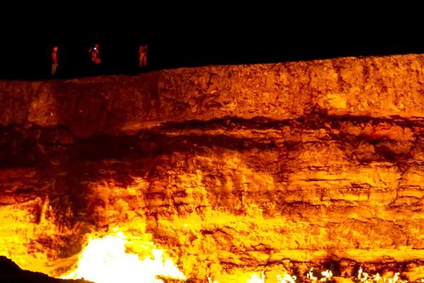 Bor menembus gua bawah tanah dan tanah di atasnya langsung runtuh membentuk kawah besar. Kawah itu ternyata mengeluarkan gas, para insinyur sepakat membakar gasnya agar tidak meracuni orang di sekitarnya (Thinkstock)
