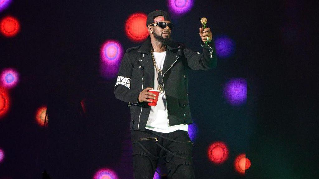 Dipecat Label, R Kelly Kebingungan Rilis Album Baru